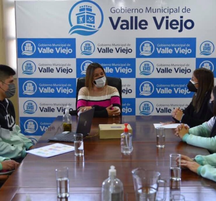 """Emprendedores de la Escuela Municipal N°1 """"María Emilia Azar"""" se reunieron con la intendenta de Valle Viejo"""